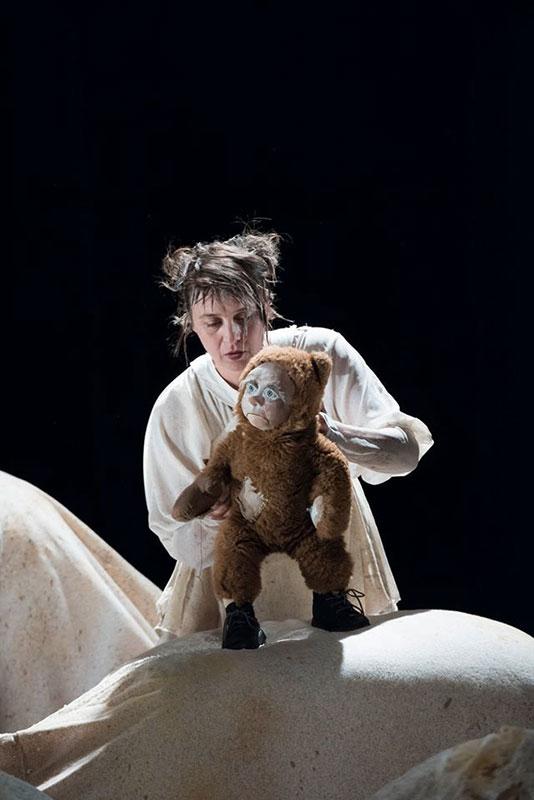 Acteur tenant une marionnette ours