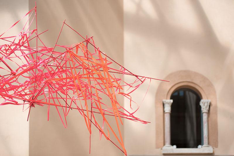 fils entremélés rose décoration extérieure