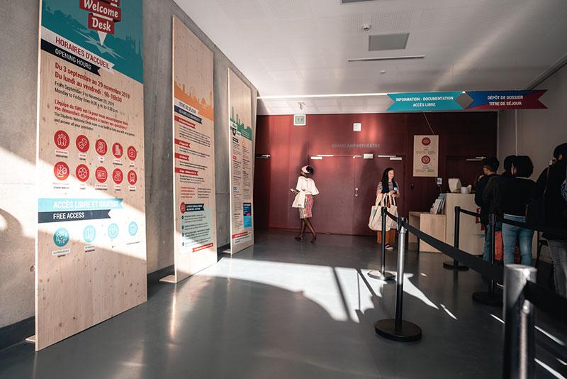 trois grands panneaux d'accueil et d'informations dans le hall de l'université