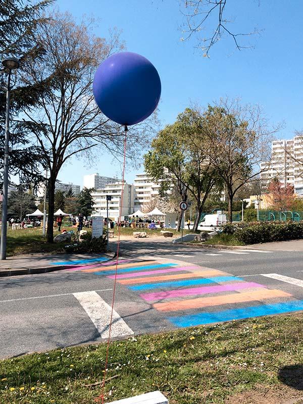 passage piéton coloré et ballon géant bleu