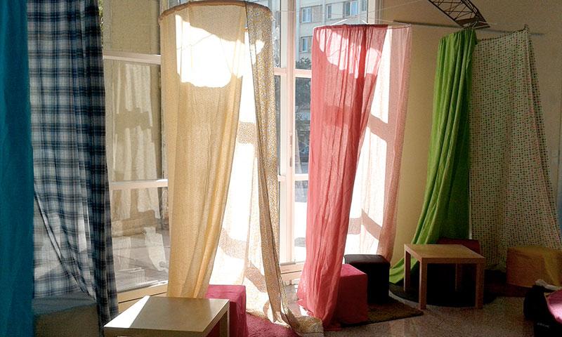 cabanes en tissu devant une baie vitrée