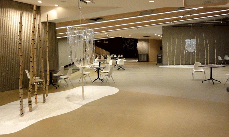 atrium de l'auditorium, ilots de neige, troncs de bouleaux et lustre