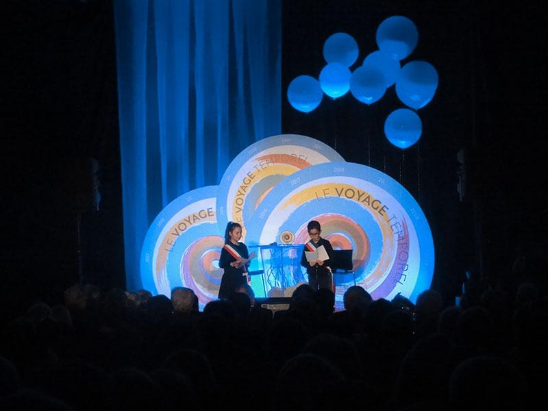 scène, fond avec 3 grands rond et ballons bleus