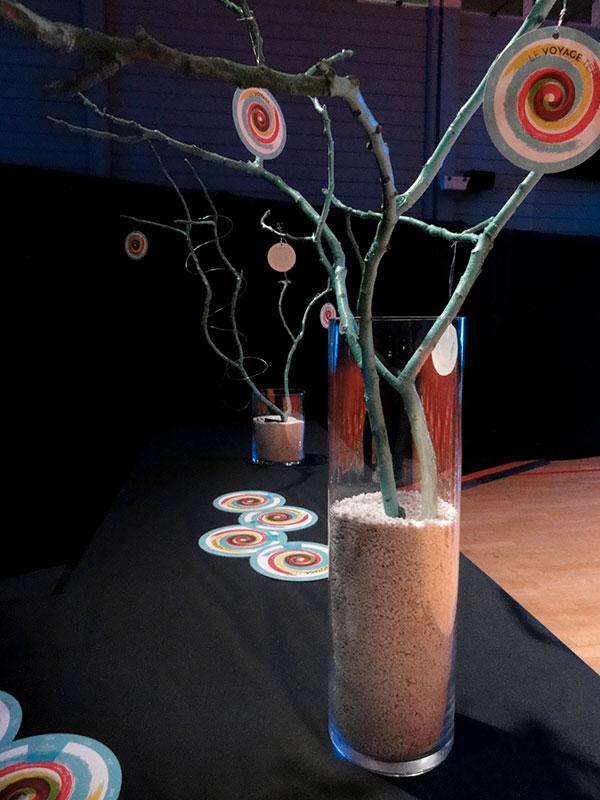 Décoration vase sable, branche bleue et petits cartons de com ronds
