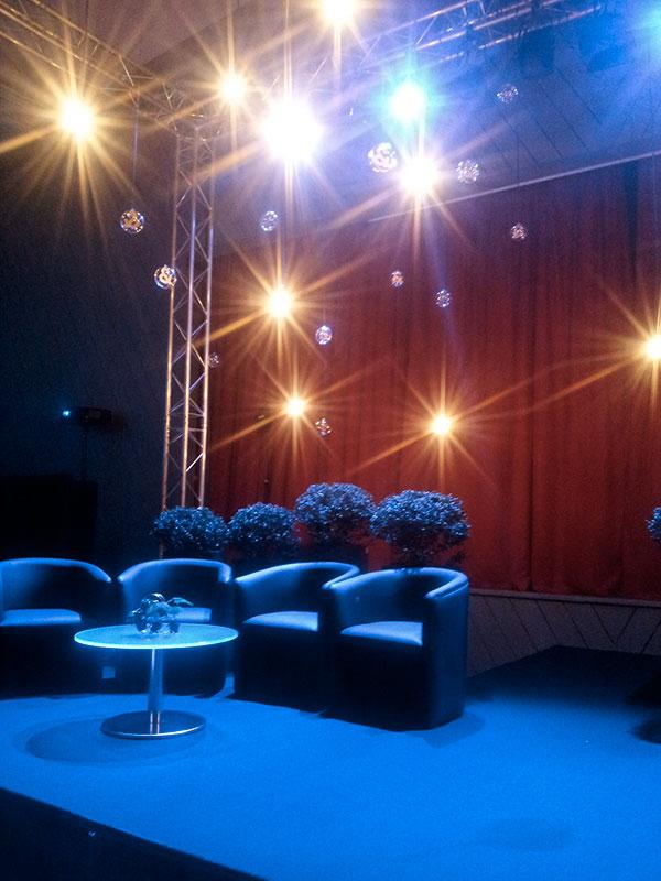 scène, fauteuils, éclairage et buis