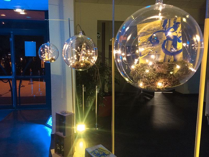 décoration globes suspendues en plexiglas avec végétation, lumière et com de l'événement dedans