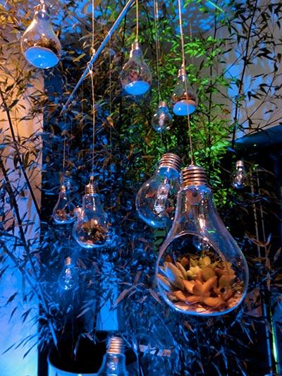 mobile avec des ampoules remplies de végétalisation