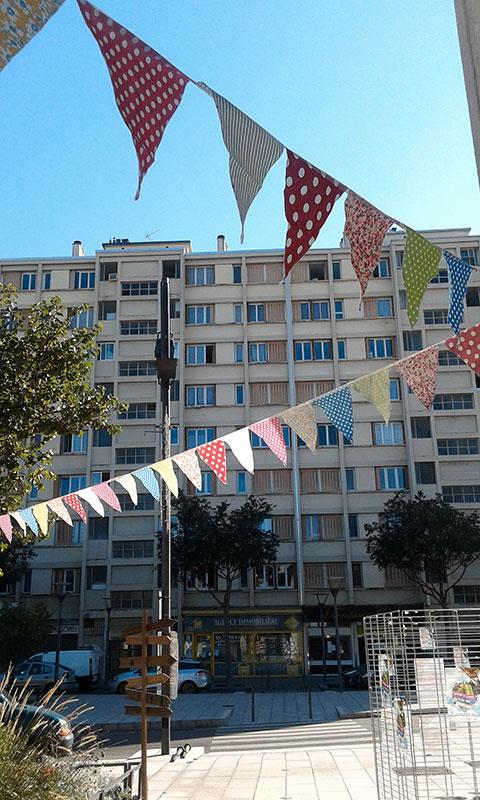 deux rangées de fanions à poids devant une facade d'immeuble