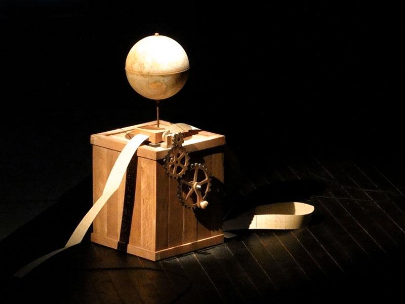 Décor de scène, boîte en bois avec globe et manivelle