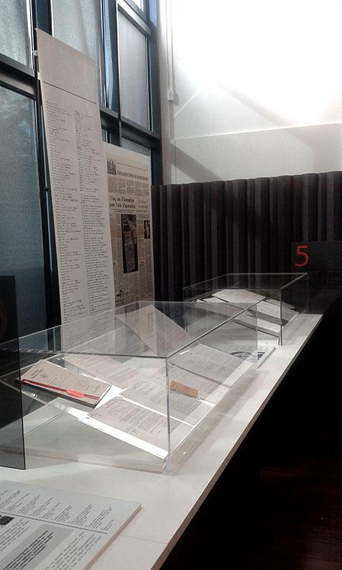 Vitrines avec documents historiques