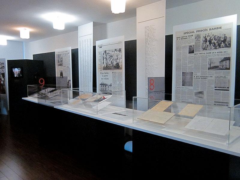 Panneaux et vitrines avec documents historique sur K. Barbie