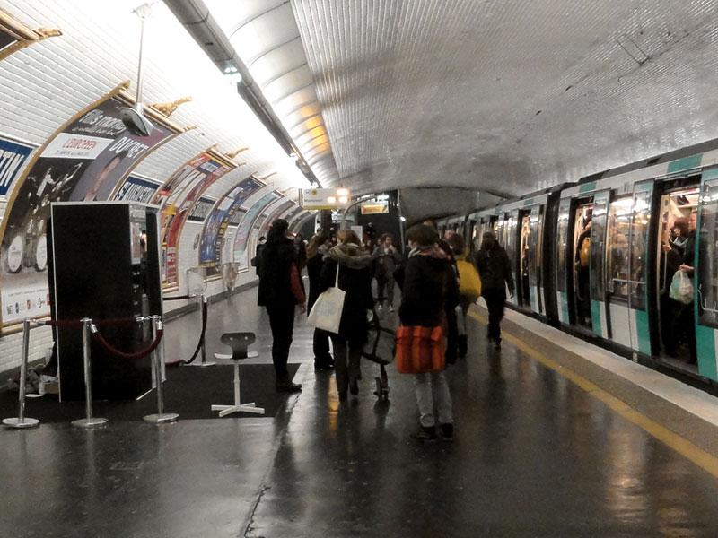 Vue d'ensemble dans le Métro parisien, cabine poèmaton posée sur le quai RATP