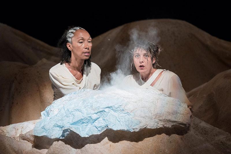 Gros plan sur deux personnages Décor spectable deux personnes imergeant dunes de sable
