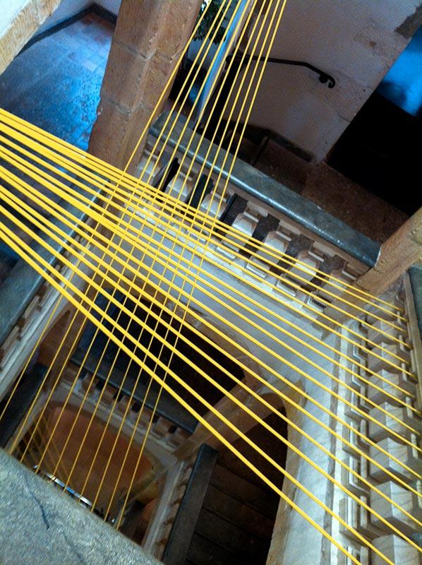Scénographie sandow jaunes dans la cage d'escalier