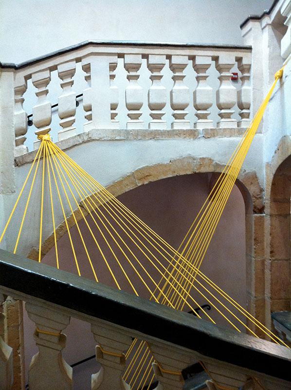 Décoration sandow jaunes dans une cage d' escaliers