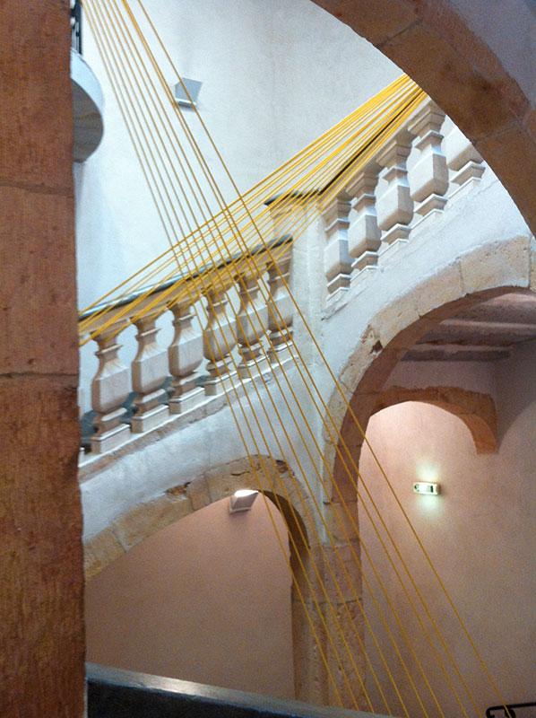 décoration sandow jaunes dans des escaliers