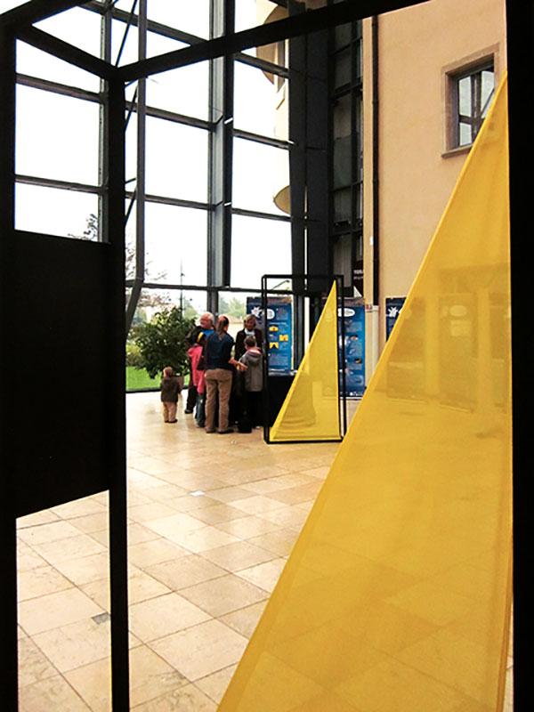 Installations structures noires et cones jaunes servant de signalétique
