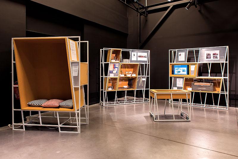 Vue d'ensemble mobilier bois et métal table, niche pour s'asseoir, 2 modules avec vitrines et cimaises