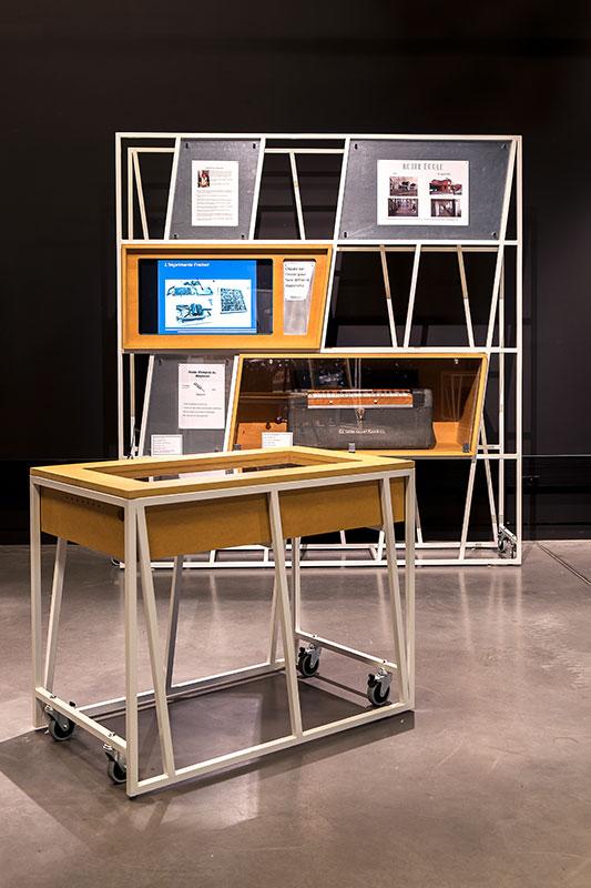 Vue d'ensemble mobilier bois et métal, table tactile et module vitrine et cimaise