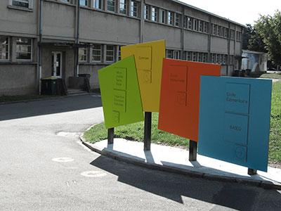 Panneaux de couleur signalétique des bâtiments