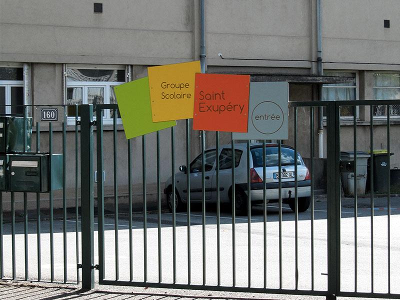 Panneaux en couleur sur portail d'une école à Bron