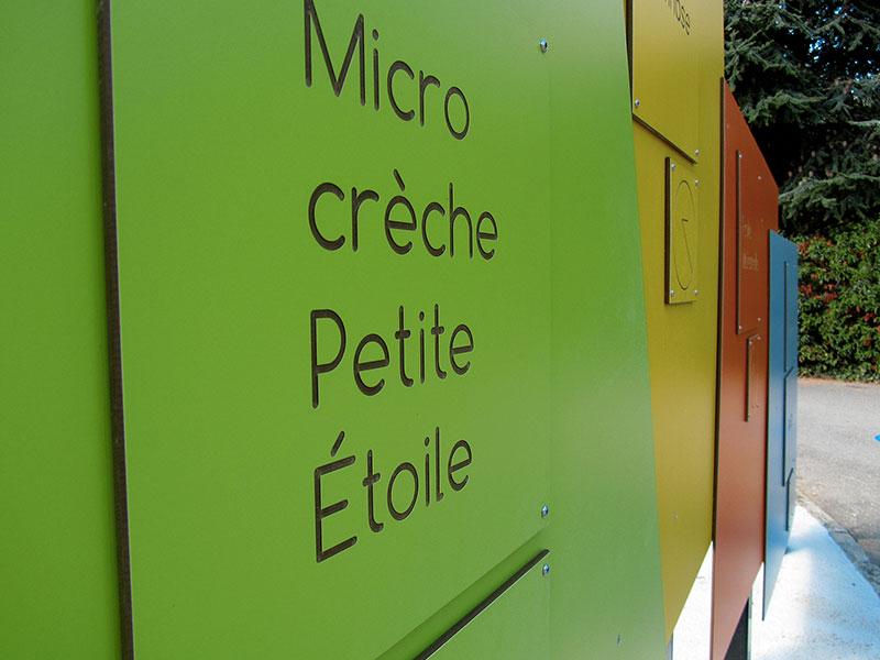 détail de panneau vert micro crèche