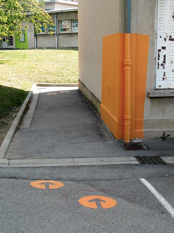 Marquage au mur et flèches au sol orange