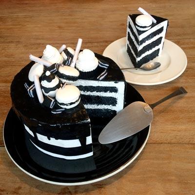 faux gateau d'anniversaire noir et blanc