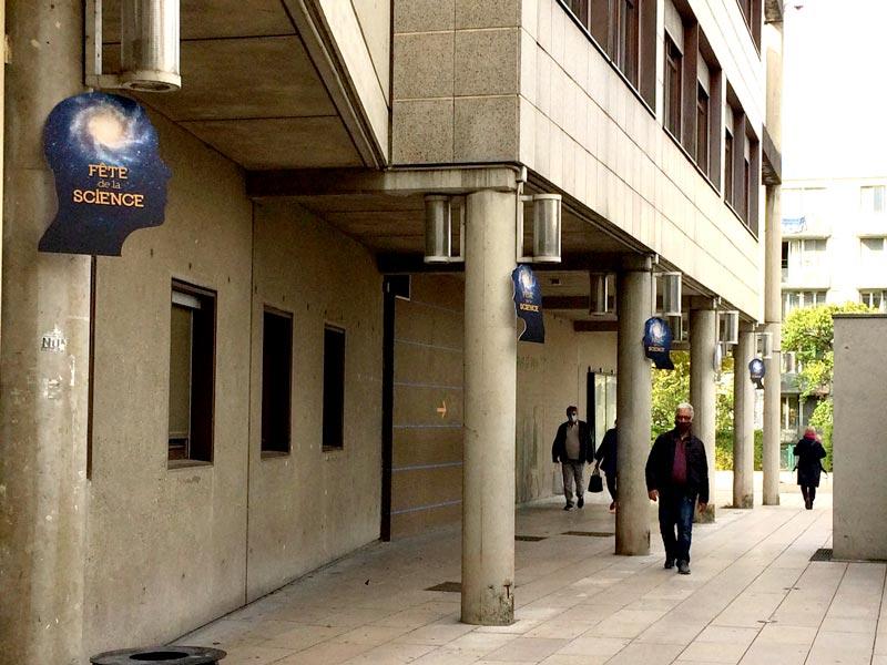 signalétique exterieure silhouettes accrochées sur les poteaux