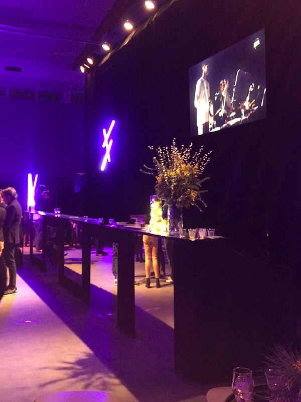 bar décoré de miroirs, tubes fluo et mimosa