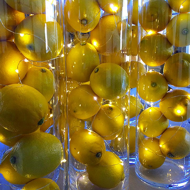 décoration de citrons et guirlandes lumineuses